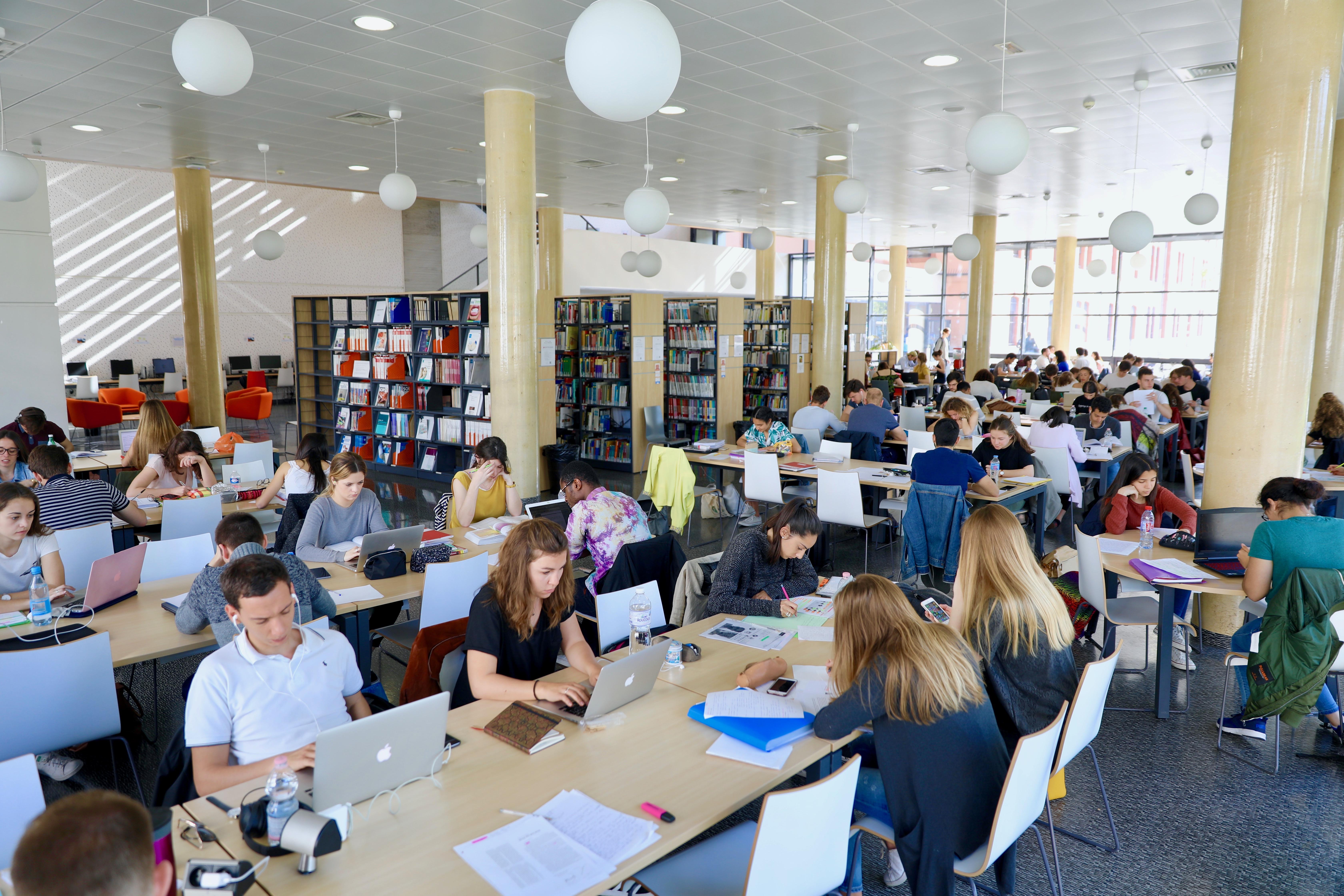Etudiants travaillant à la BU Saint-Jean d'Angély